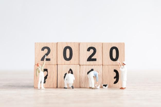 El equipo de trabajadores en miniatura pintó el número 2020 y eliminó el número 2019