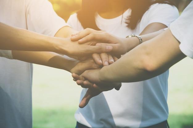 Equipo de trabajo en equipo de negocios se unen concepto de mano