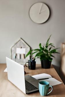 Equipo de trabajo y suministros de oficina en el lugar de trabajo de oficina lección en línea en el hogar, distancia social durante la cuarentena, autoaislamiento, concepto de educación en línea, educación en el hogar. educación a distancia