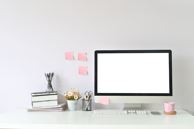 Equipo de trabajo y suministros de oficina en el lugar de trabajo de la oficina con maqueta de computadora, pantalla vacía.