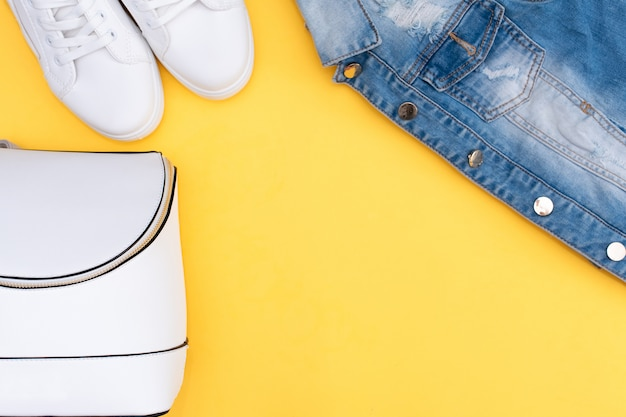 Equipo de verano: camiseta a rayas, pantalones cortos de mezclilla y snickers blancos.