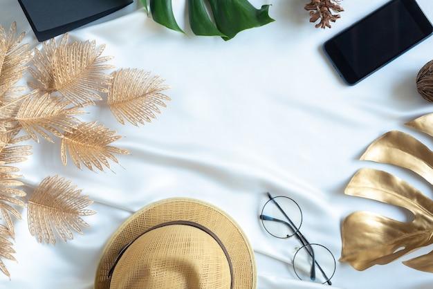 Equipo de viaje relajarse coco de rama de hoja de palmera tropical en color dorado pegado sobre fondo blanco