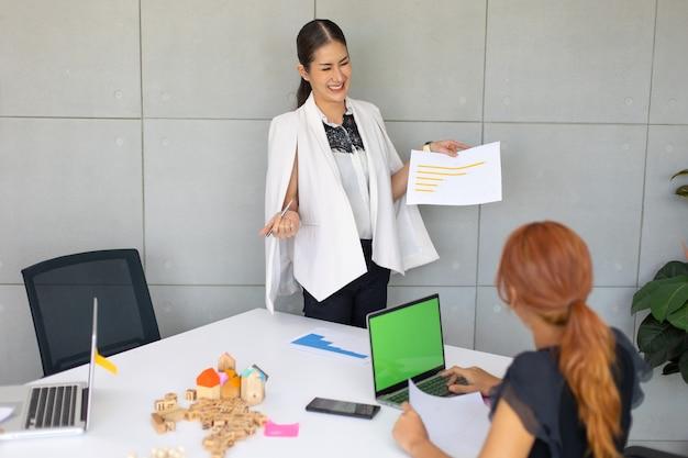 Equipo de woaman de negocios asiáticos trabajando en equipo portátil en la sala de reuniones. gente de negocios profesional concepto de intercambio de ideas y trabajo en equipo.