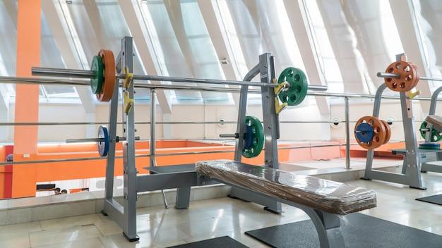 Equipos deportivos y pesas en el gimnasio.