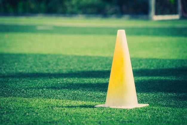 Equipos de entrenamiento deportivo de fútbol en el campo de entrenamiento de fútbol verde al aire libre