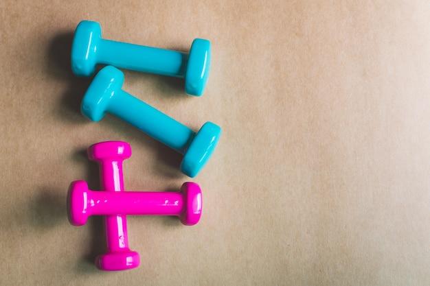 Equipos de gimnasia, pesas sobre madera