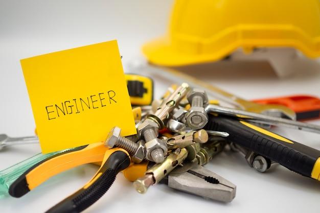 Equipos, herramientas y materiales utilizados en trabajos de ingeniería.