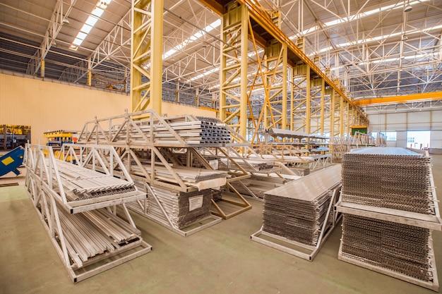 Equipos industriales y de construcción dentro de un almacén de una fábrica.