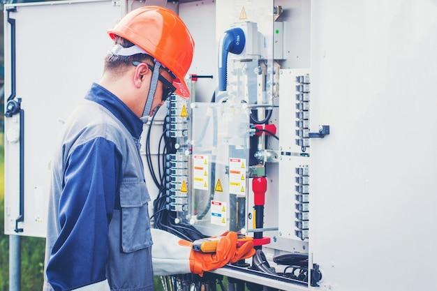 Equipos de ingenieros que inspeccionan y mantienen plantas de energía solar.