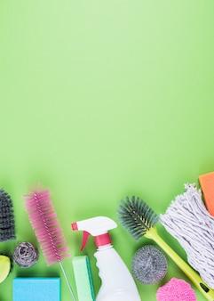 Equipos de limpieza en la parte inferior del fondo verde