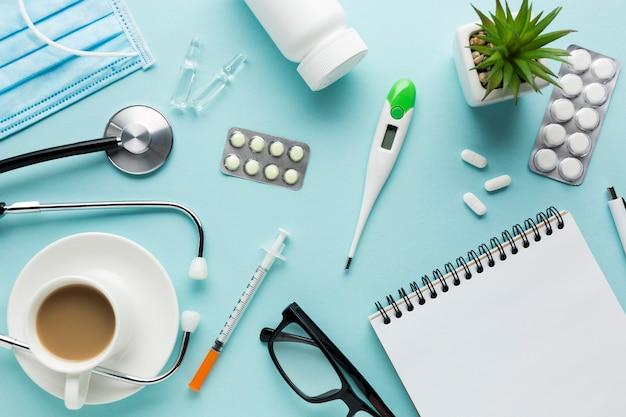Equipos médicos incluyendo anteojos y medicamentos en el escritorio.