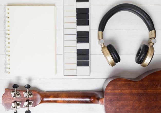 Equipos de producción de música en la mesa blanca.