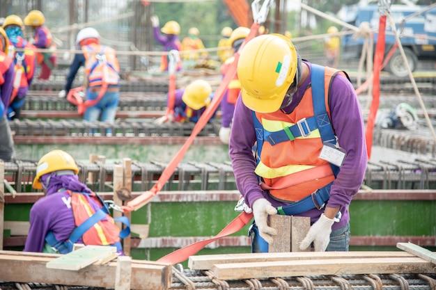Equipos de trabajo en altura. dispositivo de detención de caídas para trabajadores con ganchos para arneses de seguridad.
