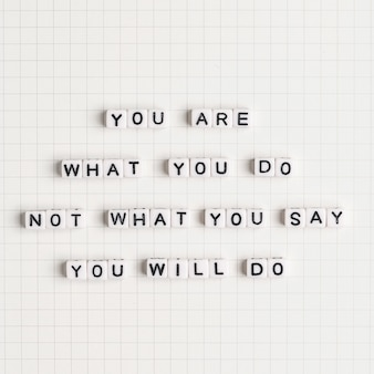 Eres lo que no haces lo que dices que harás tipografía de mensaje de cuentas