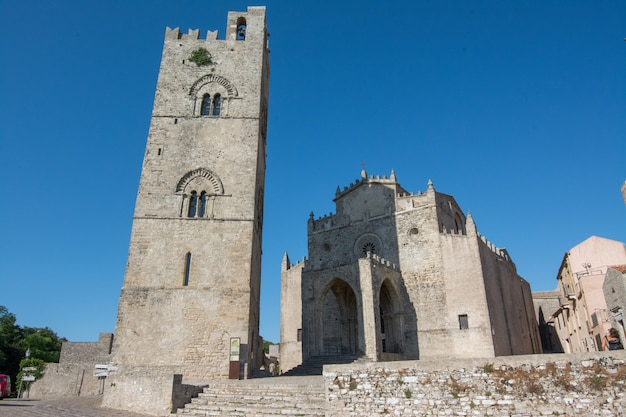 Erice, sicilia, italia. vista exterior de la catedral de erice y el campanario, el principal lugar de culto y la iglesia madre de erice.