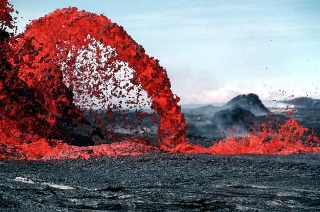 Erupción volcánica lava magma resplandor roca caliente