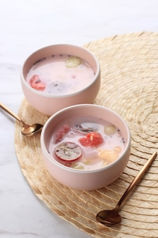 Es campur hongkong, hecho de gelatina, perla de tapioca, melón de agua, melón, semilla de albahaca dulce (selasih) y leche de coco o leche condensada, espacio para copiar texto