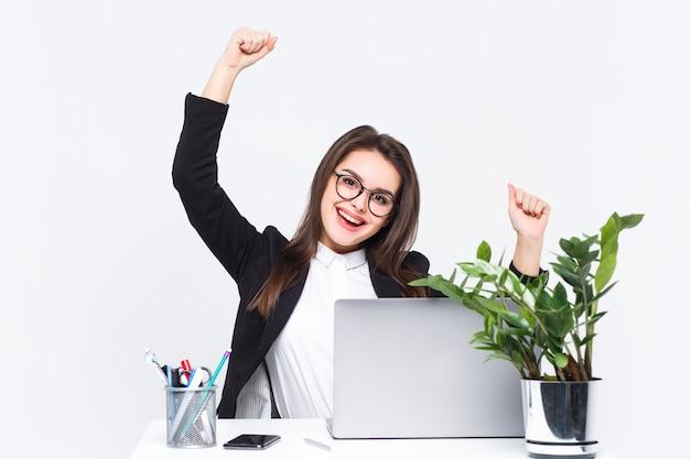 ¡esto es éxito! hermosa joven empresaria tiene un incentivo en el trabajo.