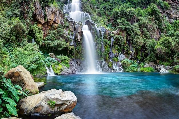 Esta es una hermosa pintura de paisaje de río en cascada.