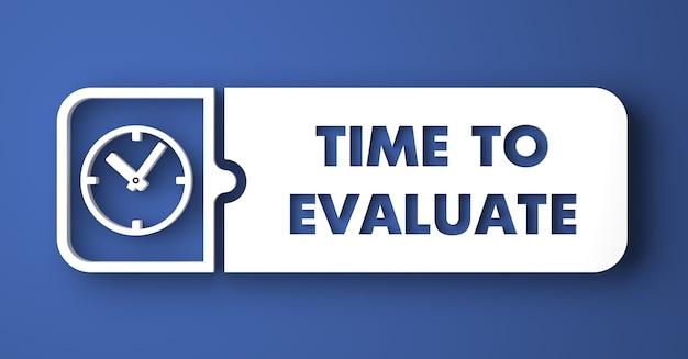 Es hora de evaluar el concepto. botón blanco sobre fondo azul en estilo de diseño plano.