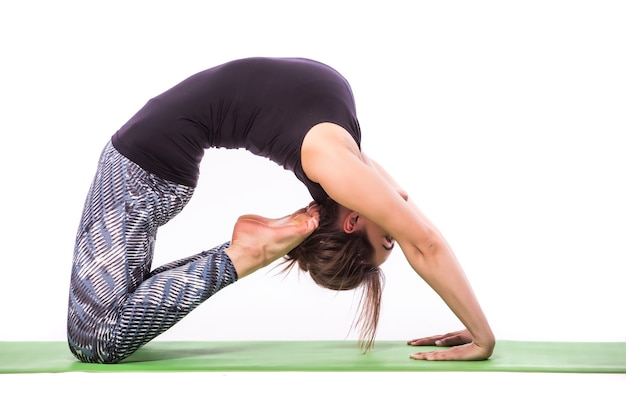 Esbelta joven haciendo ejercicio de yoga. aislado sobre fondo blanco.