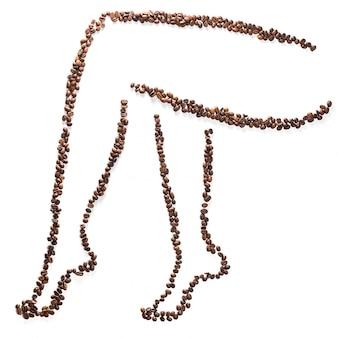 Esbelta mujer piernas silueta de granos de café aislados. concepto de pérdida de peso y figura delgada