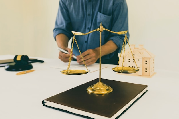Escala de bronce dorado en el libro con fondo de abogado