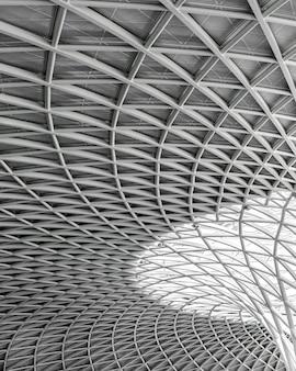 Escala de grises de la arquitectura moderna bajo las luces
