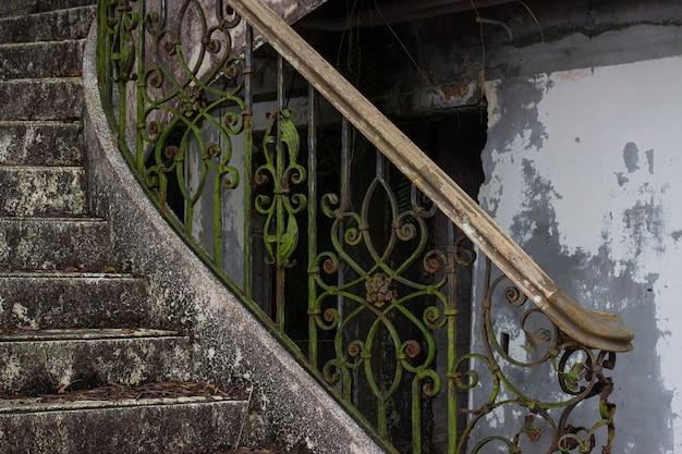 Escalera abandonada en un antiguo bar de hotel en taiwán