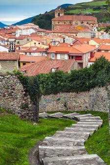 Escalera al casco antiguo de laredo. españa