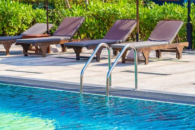 Escalera alrededor de la piscina al aire libre en el hotel resort