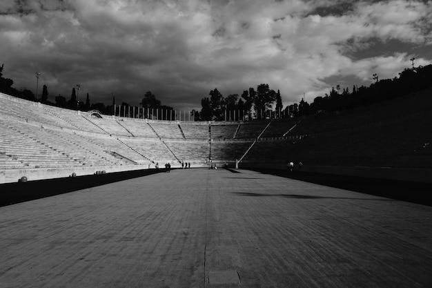 Escalera de anfiteatro en blanco y negro.