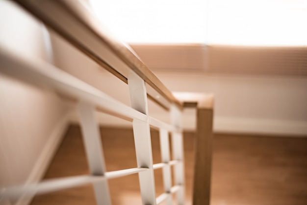 Escalera de barandilla en casa moderna.