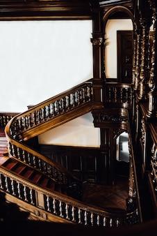 Escalera de caoba vintage antiguo con columnas