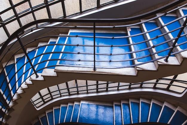 Escalera de caracol azul viejo, escalera de caracol dentro de una casa antigua en budapest, hungría.