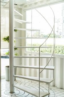 Escalera de caracol blanca