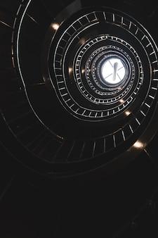 Escalera de caracol con luz al final