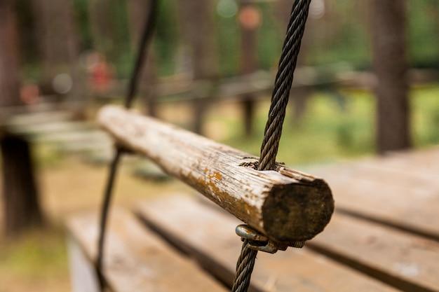 Una escalera de cuerda en el parque.