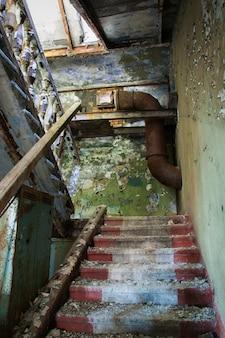 Escalera en un edificio abandonado.