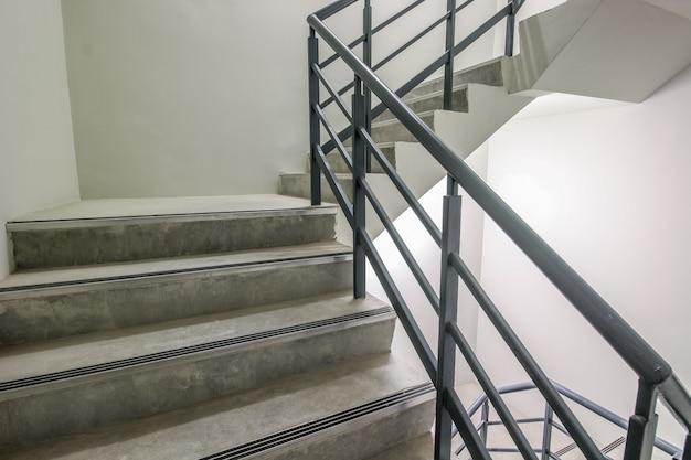 Escalera en espiral, camino al éxito, camino para escapar, escalera de emergencia de salida de emergencia.