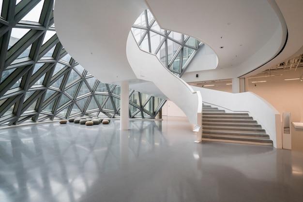 La escalera giratoria del museo de arte, un museo de arte contemporáneo en chongqing, china.