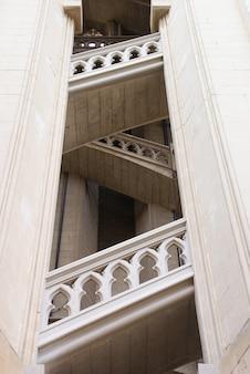 Escalera histórica y hermosa del arte europeo antiguo.
