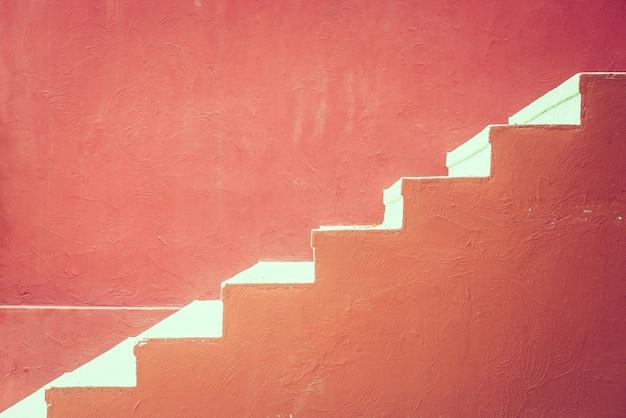 Escalera de hormigón de color rojo