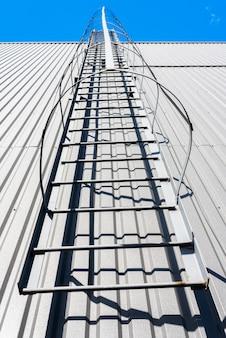 Escalera de incendios en un nuevo edificio moderno