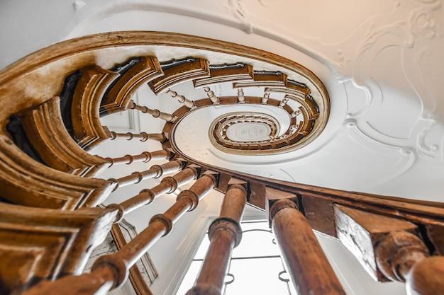 Escalera de lujo de diseño especial en una casa elegante