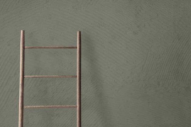 Escalera de madera apoyada contra una pared de hormigón