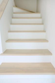 Escalera de madera en la casa nueva.