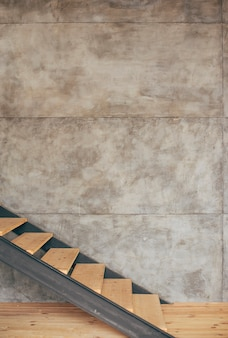 Escalera de madera en casa