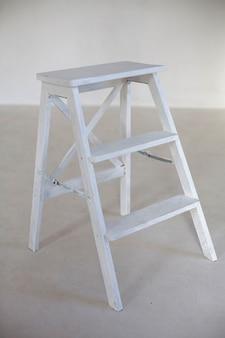 Escalera de madera en la habitación blanca emty. pared blanca