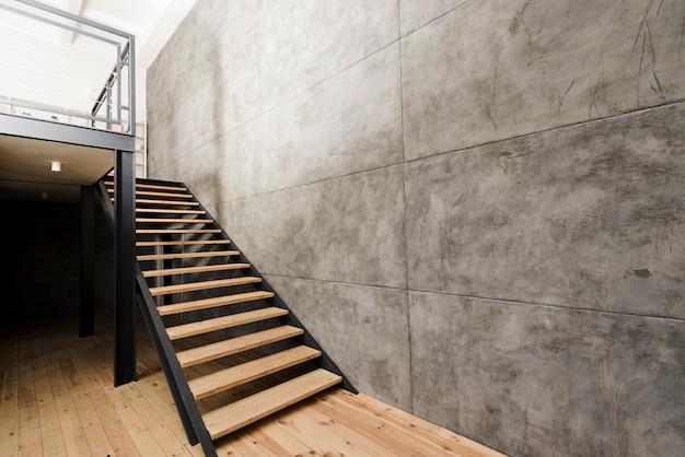 Escalera de madera industrial moderna.